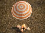 Капсула «Союза» с членами экспедиции МКС-39 на борту успешно приземлилась (видео)