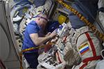 Подгонка скафандра по росту перед Выходом в Космос